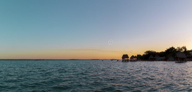 Vista panorámica de la puesta del sol en la laguna de Bacalar, México imagen de archivo