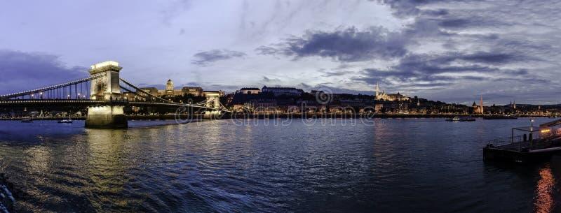 Vista panorámica de la puesta del sol de la orilla de Buda con Buda Castle, el puente de cadena y el bastión de los pescadores, B fotos de archivo libres de regalías