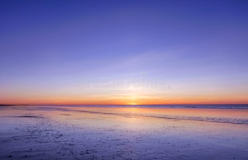 Vista panorámica de la puesta del sol sobre el océano Nada pero cielo, nubes y agua Escena serena hermosa imagen de archivo libre de regalías