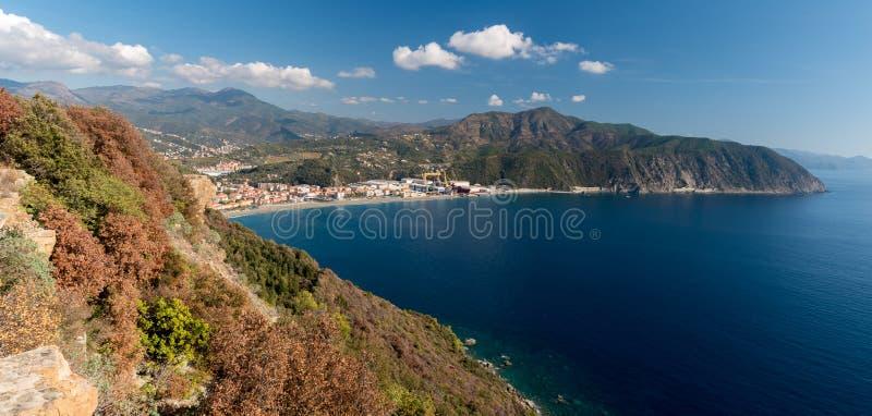 Vista panorámica de la Riviera di Levante, en Liguria; la pequeña ciudad a lo largo de la costa costa es Riva Trigoso imágenes de archivo libres de regalías