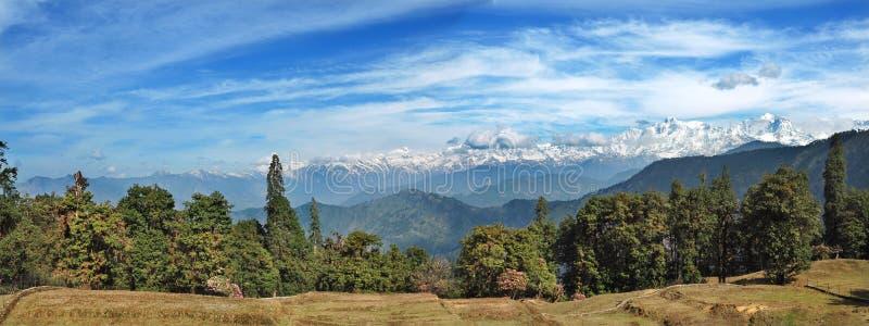 Vista panorámica de las altas montañas en el Himalaya, la India imagen de archivo