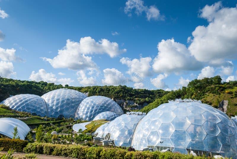 Vista panorámica de las bóvedas geodésicas del bioma en Eden Project imagen de archivo