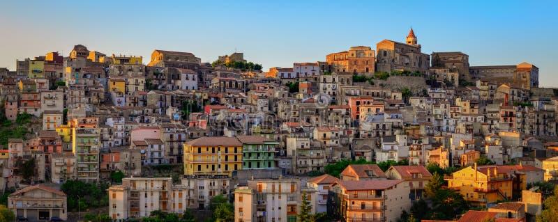Vista panorámica de las casas y de la iglesia, Sicilia del pueblo de Castiglione di Sicilia foto de archivo