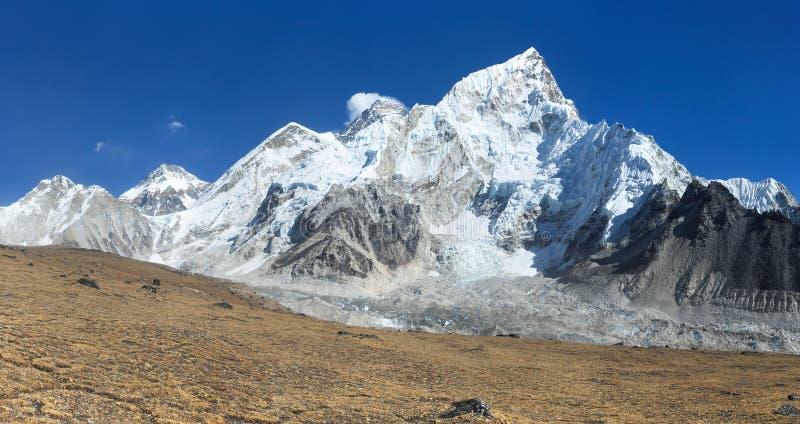 Vista panorámica de las montañas de Himalaya, del monte Everest y del glaciar de Khumbu de Kala Patthar - manera al campo bajo de imagenes de archivo