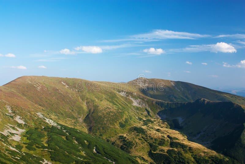 Vista panorámica de las montañas rocosas de los Cárpatos, Ucrania foto de archivo libre de regalías