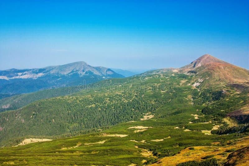 Vista panorámica de las montañas rocosas de los Cárpatos, Ucrania foto de archivo