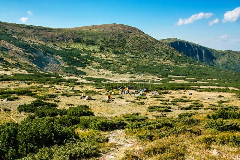 Vista panorámica de las montañas rocosas de los Cárpatos, Ucrania fotografía de archivo