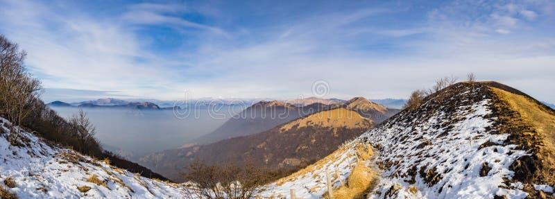 Vista panorámica de las montañas de Triangolo Lariano según lo visto de Monte Bollettone imagen de archivo