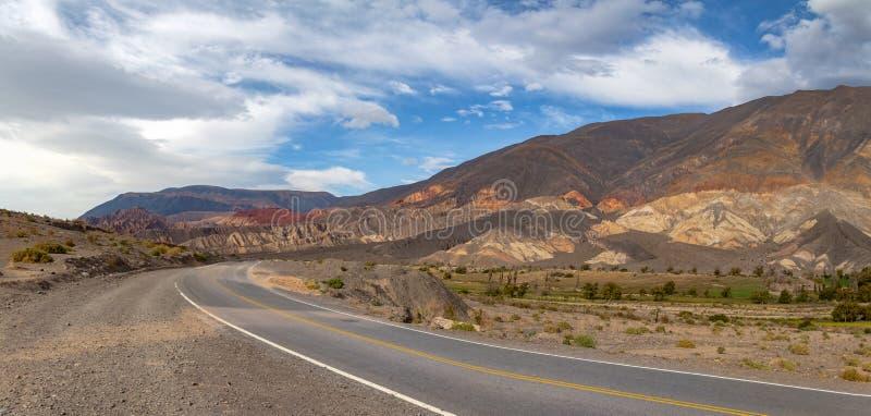 Vista panorámica de las montañas y del ferrocarril de Toro del de Quebrada en el del septentrional Toro, Salta, la Argentina de S fotografía de archivo