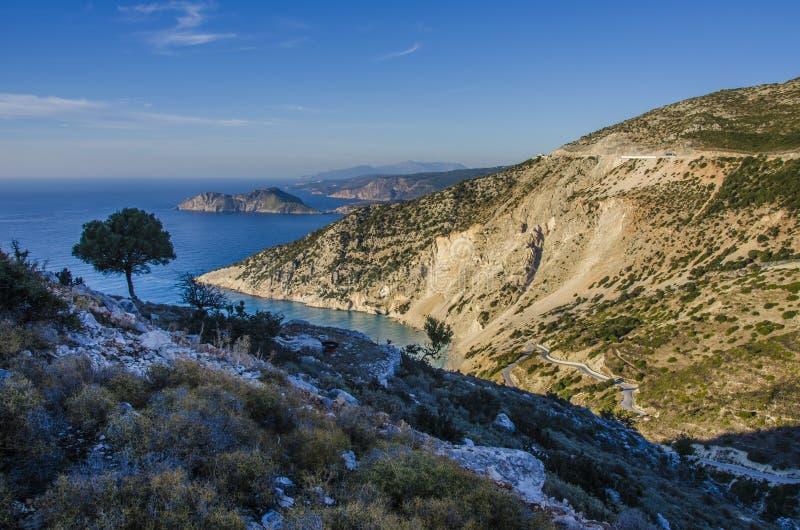 Vista panorámica de las montañas y de la costa de Kefalonia imagen de archivo libre de regalías