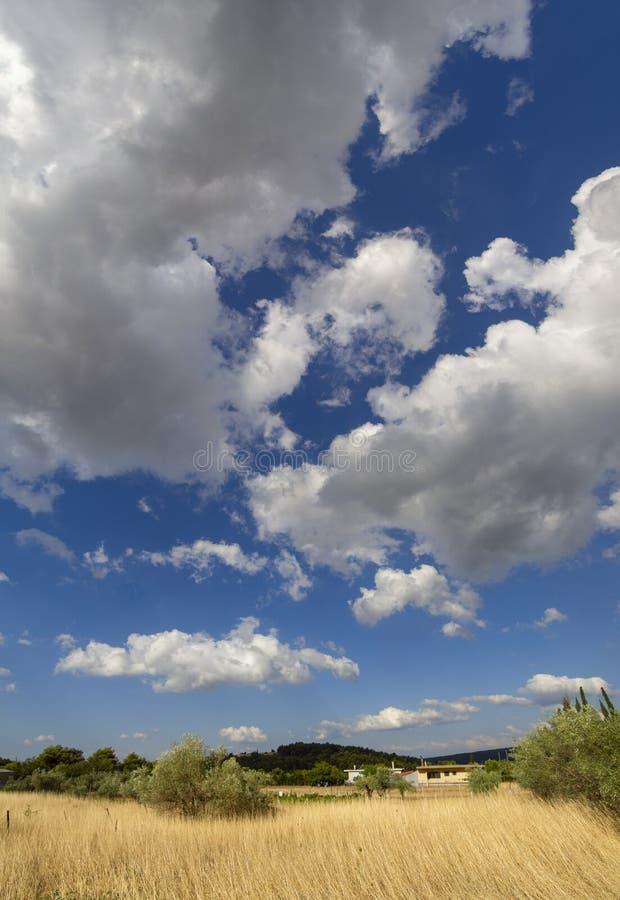 Vista panorámica de las nubes de cúmulo gigantes antes de la tormenta inminente del verano en un pueblo en la isla griega de Evvo fotos de archivo