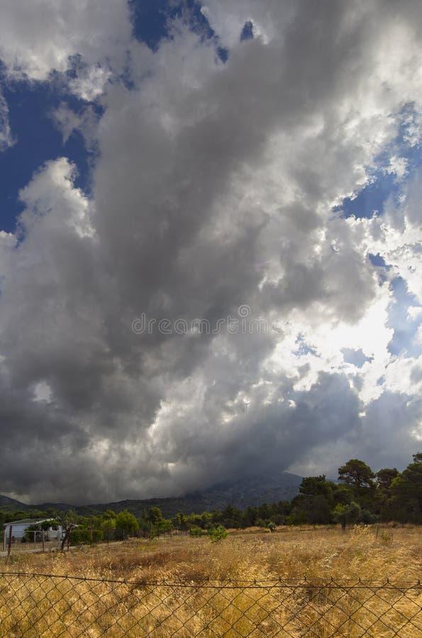 Vista panorámica de las nubes de cúmulo gigantes antes de la tormenta inminente del verano en un pueblo en la isla griega de Evvo imágenes de archivo libres de regalías