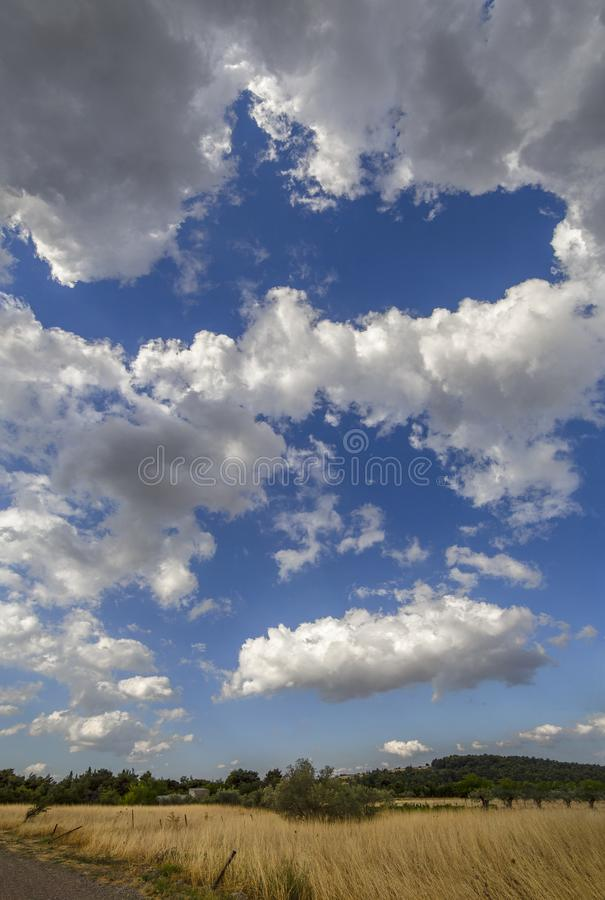 Vista panorámica de las nubes de cúmulo gigantes antes de la tormenta inminente del verano en un pueblo en la isla griega de Evvo fotografía de archivo libre de regalías