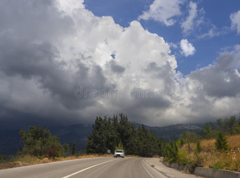 Vista panorámica de las nubes de cúmulo gigantes antes de la tormenta inminente del verano en un pueblo en la isla griega de Evvo fotos de archivo libres de regalías