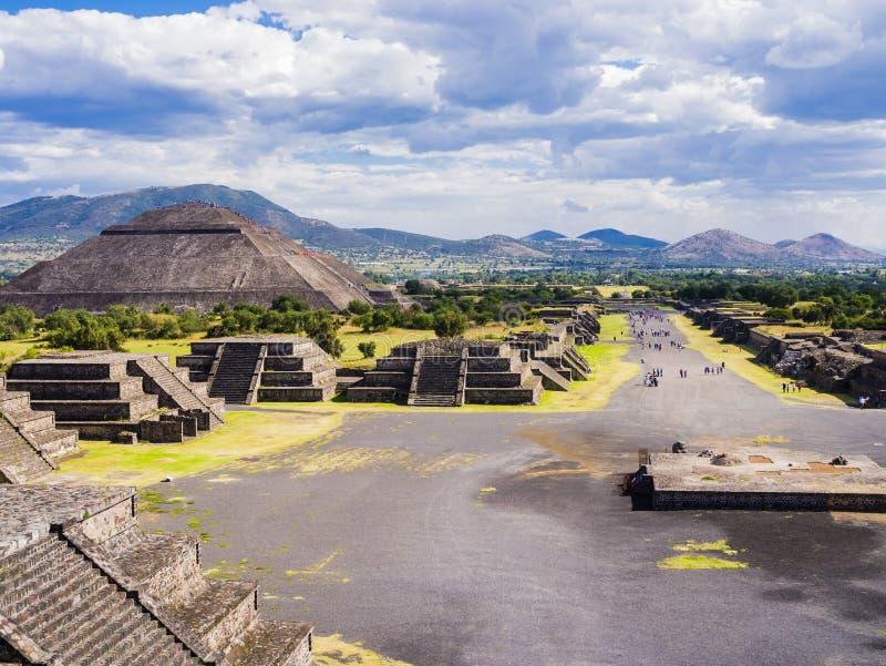 Vista panorámica de las pirámides y de la avenida de los muertos, México de Teotihuacan fotografía de archivo libre de regalías