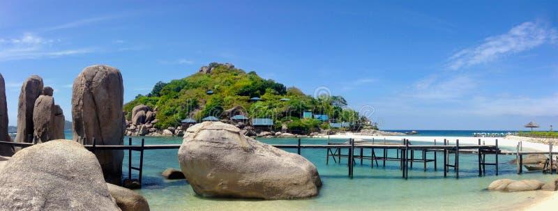Vista panorámica de las rocas en la playa blanca como la nieve de la isla tropical de Nang Yuan, Tailandia foto de archivo