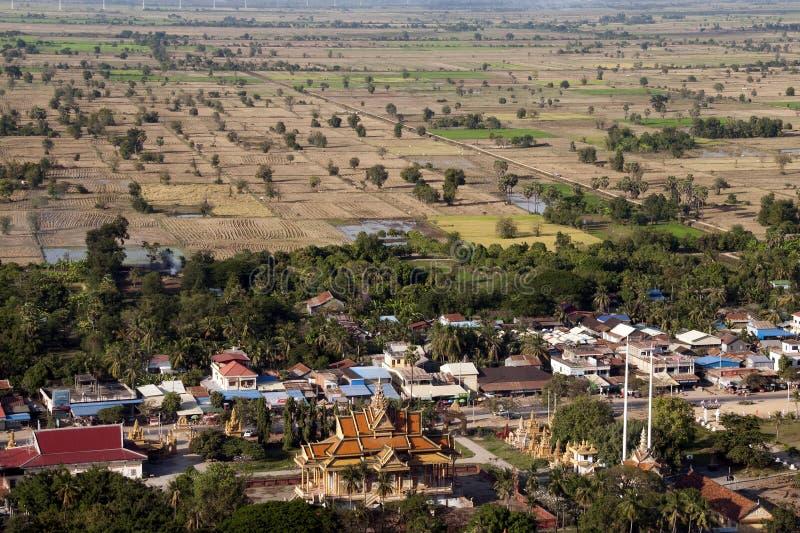 Vista panorámica de las tierras de labrantío y del pueblo de Phnom Sampeou fotos de archivo