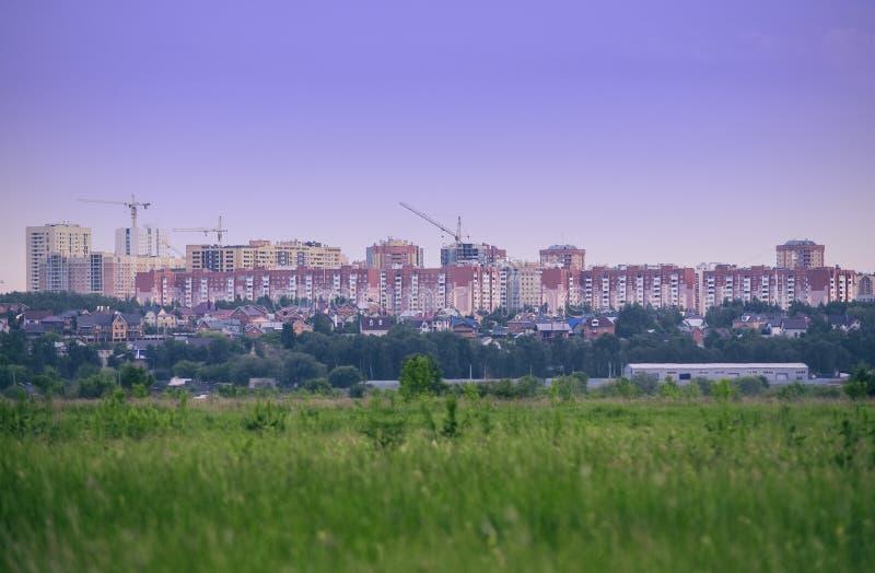Vista panorámica de los edificios de la ciudad: edificios altos y edificios de cintura baja fotografía de archivo libre de regalías