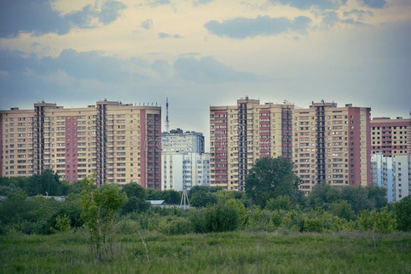 Vista panorámica de los edificios de la ciudad: edificios inacabados amarillos de gran altura foto de archivo