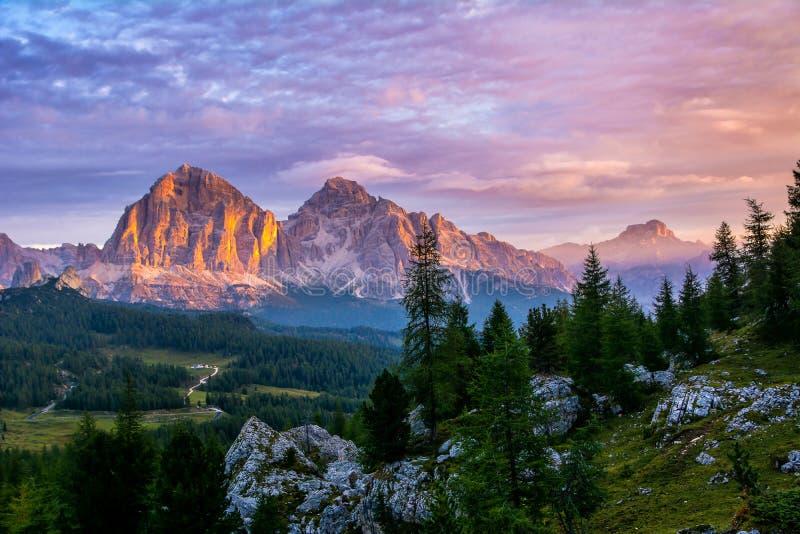 Vista panorámica de los picos de montaña famosos de las dolomías que brillan intensamente en luz de igualación de oro hermosa en  imagenes de archivo