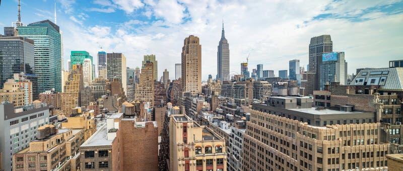 Vista panorámica de los rascacielos de Manhattan, New York City, día de primavera nublado imagenes de archivo