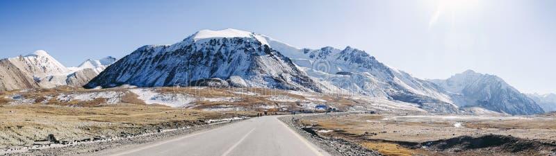 Vista panorámica de montañas alrededor de Khunjerab, frontera de Paquistán-China imagen de archivo libre de regalías