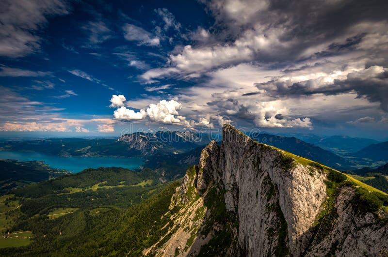 Vista panorámica de montañas del pico de Schafberg en Salzkammergut, Austria en un día de verano con las nubes dramáticas y Atter imagenes de archivo
