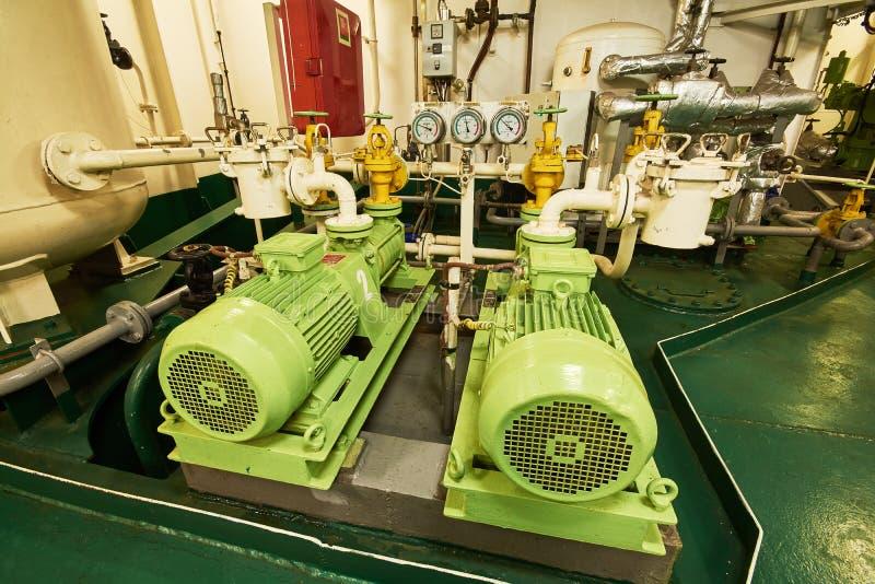Vista panorámica de motores eléctricos en un buque mercante en la sala de máquinas imagen de archivo libre de regalías