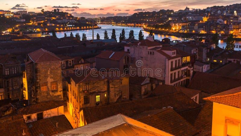 Vista panorámica de Oporto en la noche imágenes de archivo libres de regalías