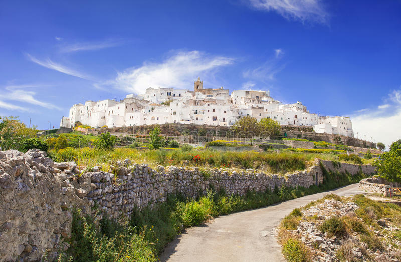 Vista panorámica de Ostuni, Puglia, Italia imagenes de archivo
