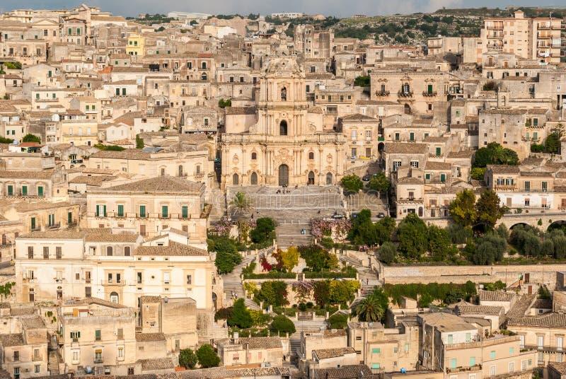 Vista panorámica de pizcas, con la catedral de San Jorge foto de archivo