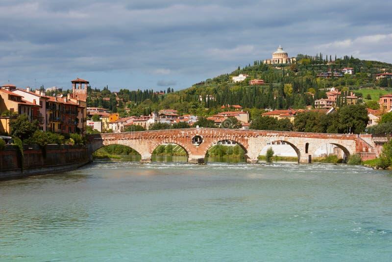 Vista panorámica de Ponte Pietra en Verona fotos de archivo