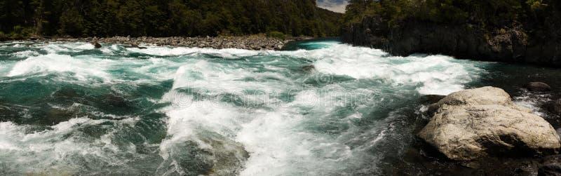 Vista panorámica de rápidos en el río de Petrohue en Vicente Perez Rosales National Park, Chile fotos de archivo libres de regalías