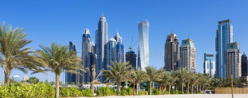 Vista panorámica de rascacielos y de la playa del jumeirah fotografía de archivo