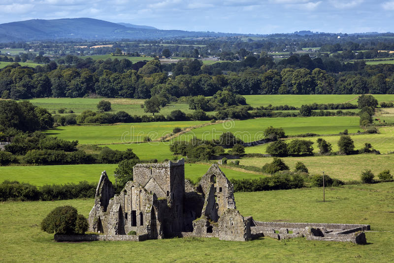 Vista panorámica de ruinas de una abadía de Hore en Cashel, Irlanda Es un monasterio cisterciense arruinado y una señal famosa en imagen de archivo