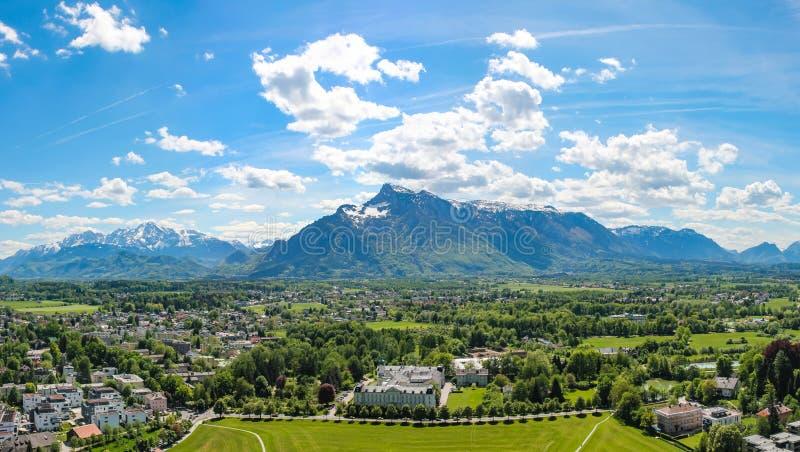 Vista panorámica de Salzburg y de los alrededores, panorama cosido Austria foto de archivo