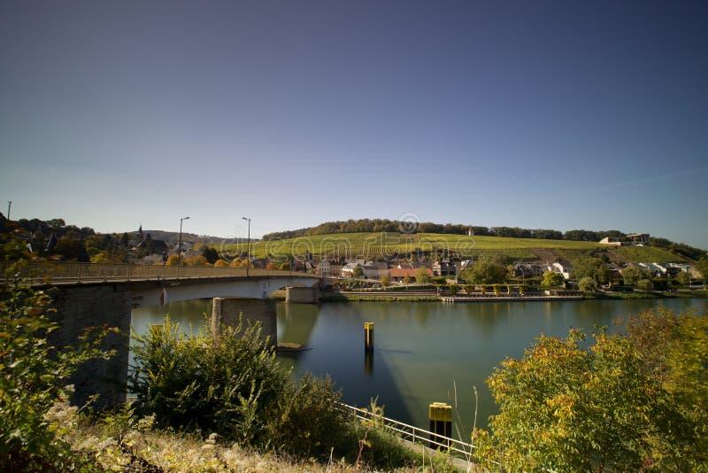 Vista panorámica de Schengen y del puente de la frontera foto de archivo