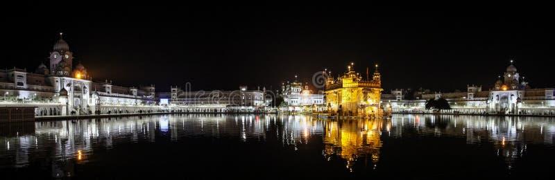 Vista panorámica de Sri Harmandir Sahib en la noche, templo de oro, Amritsar, Punjab, la India foto de archivo libre de regalías