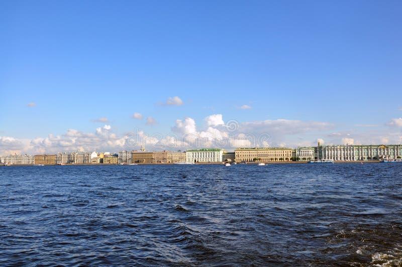 Vista panorámica de St Petersburg del río de Neva fotografía de archivo libre de regalías