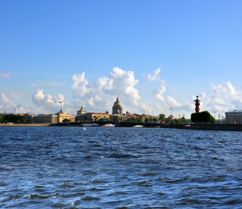 Vista panorámica de St Petersburg del río de Neva. St.Petersbur foto de archivo