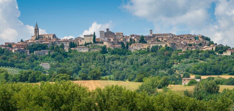 Vista panorámica de Todi, en la provincia de Perugia, Umbría, Italia imágenes de archivo libres de regalías
