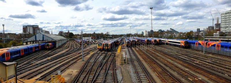 Vista panorámica de trenes inmóviles en el empalme de Clapham en una tarde nublada imagen de archivo libre de regalías