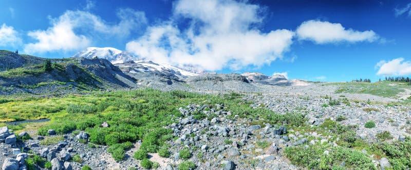 Vista panorámica de un paisaje más lluvioso del Mt en un día de verano hermoso foto de archivo libre de regalías