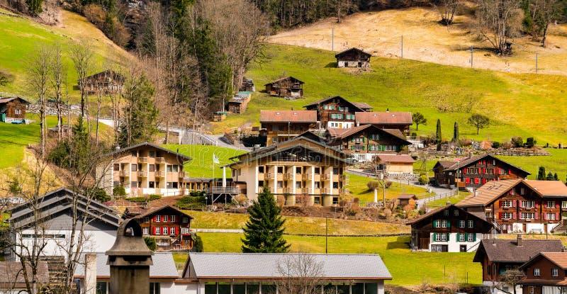 Vista panorámica de un pueblo en el valle de la montaña de las montañas fotografía de archivo
