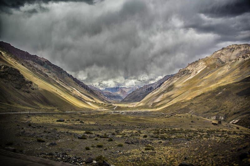 Vista panorámica de un valle grande en la cordillera de los Andes foto de archivo