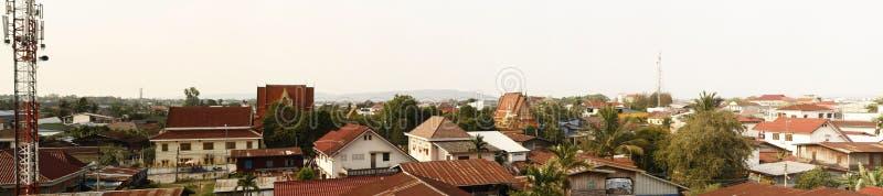 Vista panorámica de una ciudad asiática suroriental típica, con los templos y los tejados del hierro, Laos imagenes de archivo