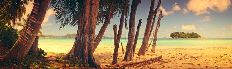 Vista panorámica de una playa tropical en el amanecer Estilo del vintage de la isla de Praslin, Seychelles, el Océano Índico imagenes de archivo