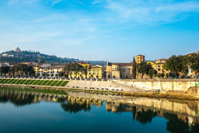 Vista panorámica de Verona en el río del Adigio, Italia imagen de archivo