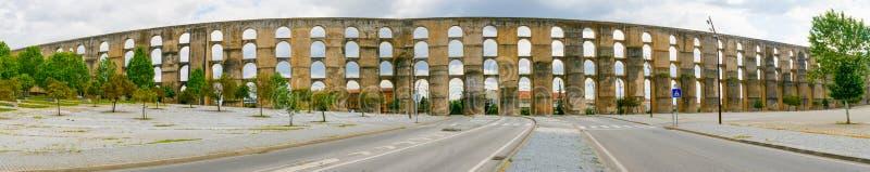 Vista panorámica del acueducto de Amoreira en la ciudad de Elvas imagen de archivo libre de regalías