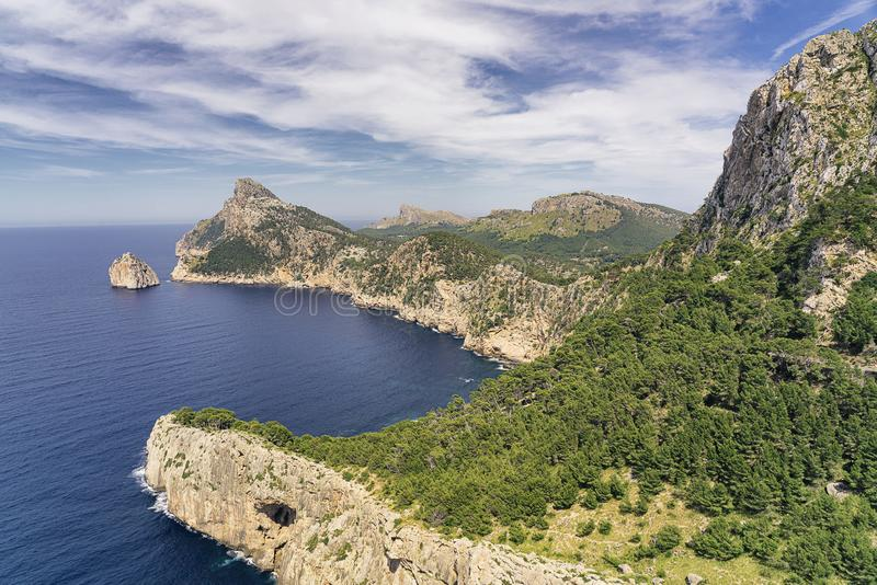 Vista panorámica del cabo Formentor de la isla de Majorca del balcón del Es Colomer en un día soleado fotos de archivo libres de regalías